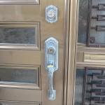 玄関ドア 2個の鍵穴を1本の鍵で回るようにする シリンダー交換 宜野湾市