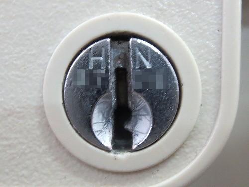 鍵穴のアップ HN 数字4桁 刻印