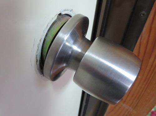浴室のノブ ドア表面との間に隙間