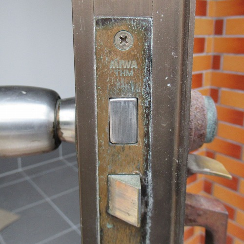 古いサムラッチ錠のケースフロント刻印 MIWA THM