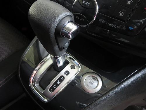 セレナ シフトレバーとエンジンスタートボタン