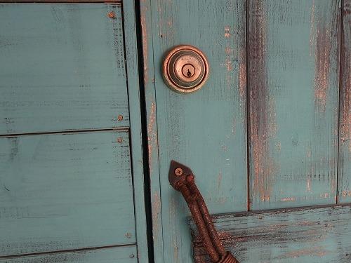 木製ドアに本締錠
