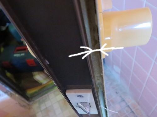 ドアの板が浮いている