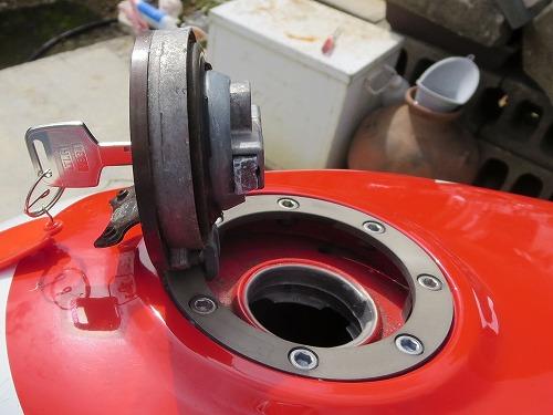 VFR400Rのガソリンキャップが開きました