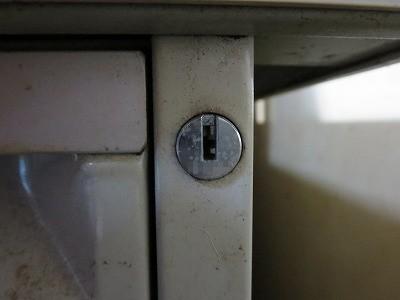 ウチダ 事務机 右の鍵穴