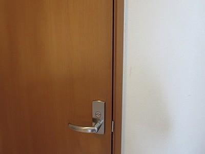 掃除道具入れのドアに新規錠前取付 沖縄市