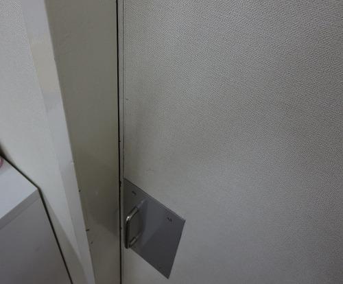 錠前取付前の引戸 室外側