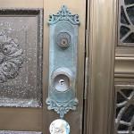 古い玄関ドアのノブをディンプルシリンダーのノブに交換 宜野湾市