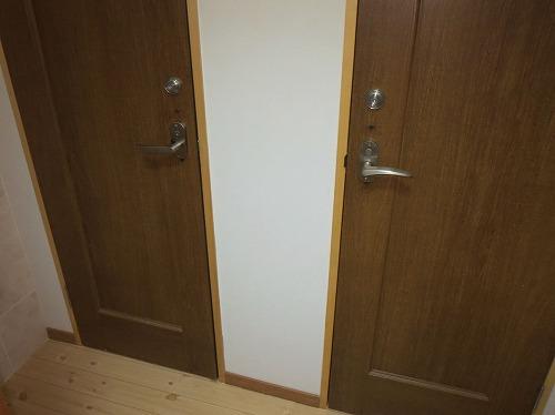 隣り合うドアに両方錠前取付