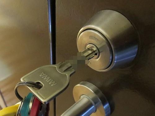 鍵穴に鍵が半分しか入らない